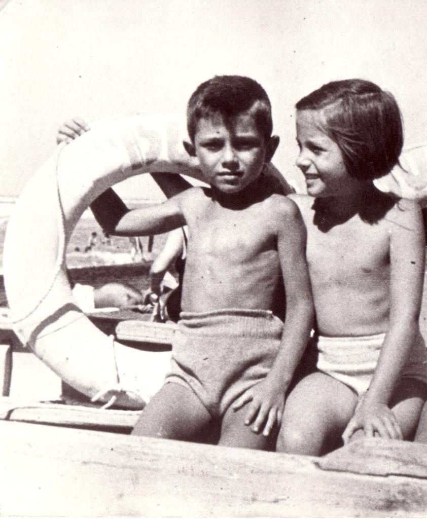 Al mare con mio cugino Riccardo.